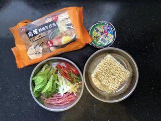 5分钟搞定的橄榄菜火腿丝炒面,1、准备好所有的材料。