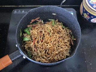 5分钟搞定的橄榄菜火腿丝炒面,9、翻炒均匀即可。