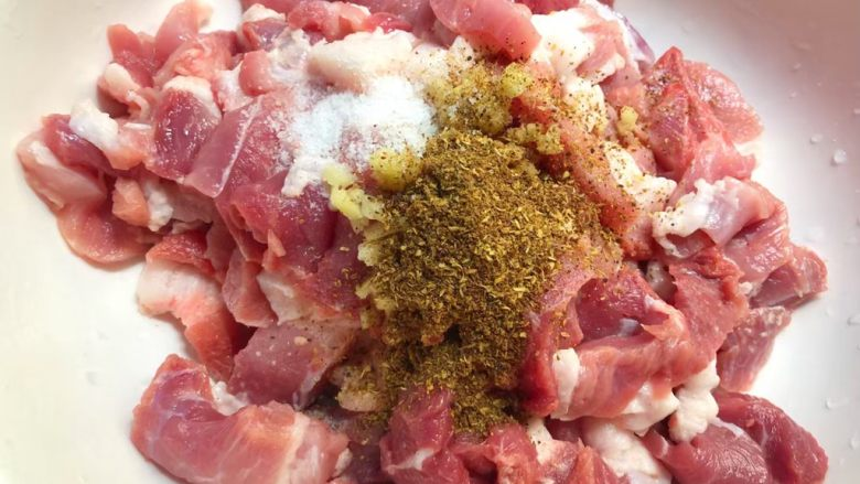 正宗小酥肉,把肉清洗干净,沥干水切成小块,切好放入碗里,姜也洗净切成末放入碗里,再放入适量盐,适量<a style='color:red;display:inline-block;' href='/shicai/ 12043'>花椒粉</a>,用手抓匀,腌制10分钟。(肉最好要带一点肥,这样做出来的酥肉比较好吃)