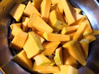 南瓜饼,南瓜去皮洗净,切小块放入蒸锅。