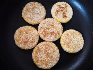 南瓜饼,中小火煎至一面金黄,再翻面煎另一面至全部熟。