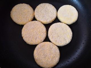 南瓜饼,锅烧热,摸一点油,放入做好的南瓜饼。