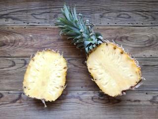 泰式菠萝饭,菠萝洗净,从1/3处切开。