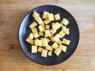 泰式菠萝饭,将挖出的菠萝肉切小块(可根据个人喜好用温<a style='color:red;display:inline-block;' href='/shicai/ 696/'>盐</a>水浸泡一下)。