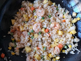 泰式菠萝饭,翻炒均匀即可。
