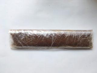 枣泥奶冻蛋糕卷,枣泥降至手温时,取一个大号保鲜袋,将枣泥倒进去,用刮板将枣泥推至保鲜袋底部,卷好入冰箱冷冻