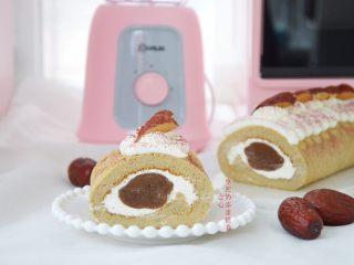 枣泥奶冻蛋糕卷,冰箱取出蛋糕卷,在表层挤上淡奶油,装饰上红枣,过筛一点红曲粉,美味的枣泥奶冻蛋糕卷就做好啦,切开就可以享受美食啦