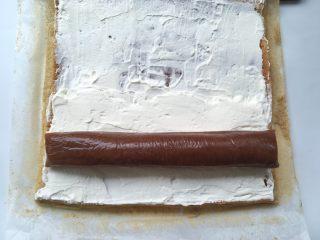 枣泥奶冻蛋糕卷,冰箱取出冷冻的枣泥奶冻,放在淡奶油上