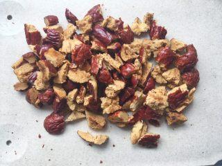 枣泥奶冻蛋糕卷,红枣去核后取110克红枣切成小碎块