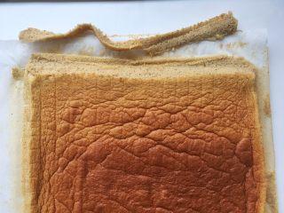 枣泥奶冻蛋糕卷,用锯齿刀将一边裁成斜角
