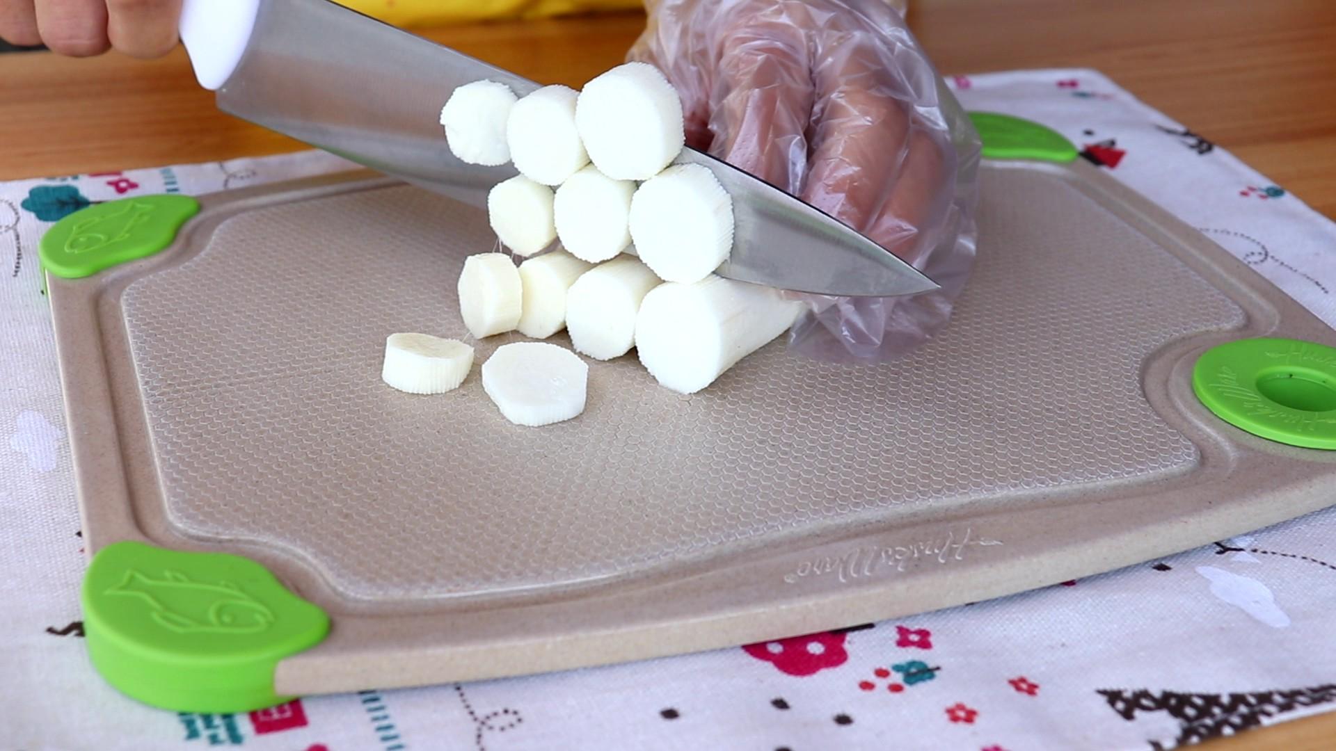 山药鸡蛋蒸糕,将山药切片,放入搅拌杯中</p> <p>tips:这里提醒大家给山药去皮时带上手套,以免山药的粘液沾到手上,引起发痒</p> <p>