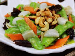 腰果百合荷兰豆小炒,把炒好的荷兰豆百合盛到盘子里,上面铺上提前炒香的腰果就可以享用了。