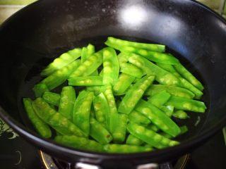 腰果百合荷兰豆小炒,用同样的方式把荷兰豆焯水30秒后再用冷水浸泡备用。