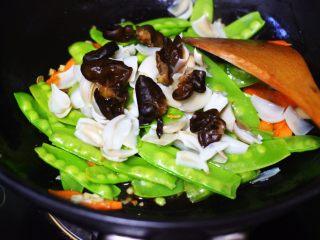 腰果百合荷兰豆小炒,把泡发洗净的木耳也放到锅里。