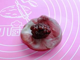 中式甜点~蜜豆桃花酥,然后擀成圆形,包入蜜豆馅。(蜜豆我买的,自己做的也可以)