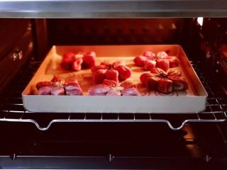 中式甜点~蜜豆桃花酥,烤箱提前预热后,烤盘入烤箱中层。