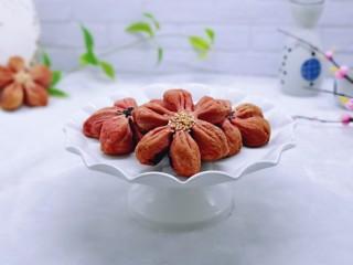 中式甜点~蜜豆桃花酥,取出放到凉架上放凉,美美哒。
