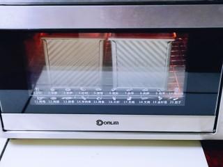 可可酸奶吐司面包,上145度,下管150度烤55分钟,注意观察上色情况,上色立即+盖一张锡纸!(具体温度及时间根据自家烤箱性能另定)