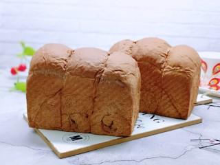 可可酸奶吐司面包,戴上隔热手套取出模具,出炉啦!趁热脱模!