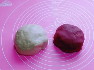 酥的掉渣渣~ 红曲蜜豆蛋黄酥,油酥和油皮的面团做好了,包上保鲜膜备用。