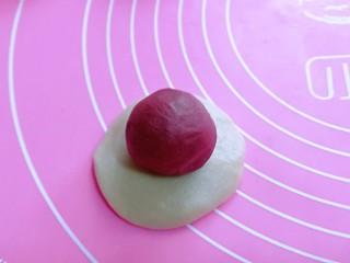 酥的掉渣渣~ 红曲蜜豆蛋黄酥,取一个油皮按扁,擀圆,包入一个油酥。