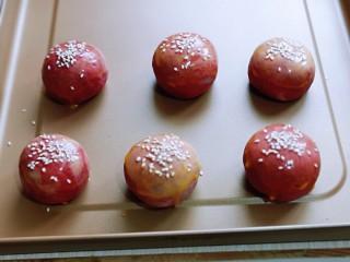 酥的掉渣渣~ 红曲蜜豆蛋黄酥,依次做好后,放入烤盘中,刷上一层蛋液。(如果不是不粘烤盘,需要垫上油纸)