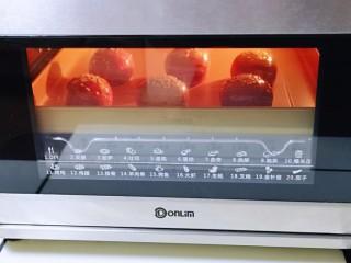 酥的掉渣渣~ 红曲蜜豆蛋黄酥,上下管160度烤30分钟,注意观察颜色,必要时加盖一张锡纸。(我大约烤了10分钟样子加盖的锡纸)