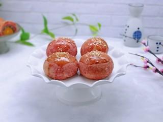 酥的掉渣渣~ 红曲蜜豆蛋黄酥,取出放到凉架上放凉。