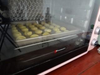 玛格丽特饼干,放入预热好的烤箱170度20分钟就可以出炉晾凉密封保存