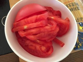 番茄火腿意面🍅🍝,把两个番茄切片。