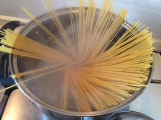 番茄火腿意面🍅🍝,煮意面一共12分钟,喜欢口感软的可以再加三分钟。