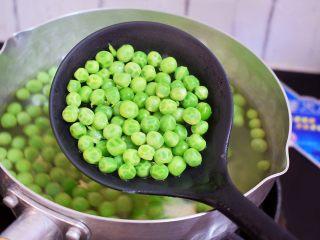 豌豆炒肉丁,煮熟后捞出沥干水分备用