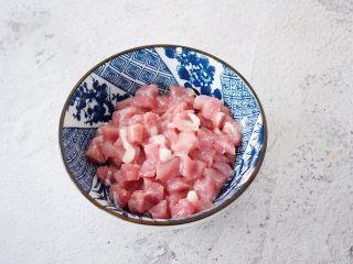 豌豆炒肉丁,猪肉洗净切成丁,加入料酒、淀粉、盐抓匀腌制备用