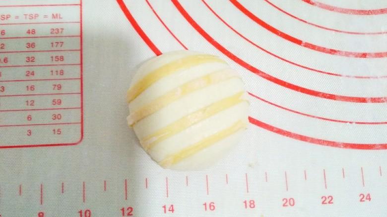 超可爱,向日葵豆包,豆包上刷上水,把黄色面团粘在豆包上。横着四条,竖着四条。