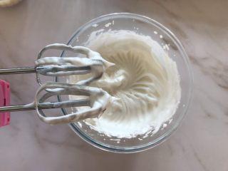 无糖红枣溶豆,打至蛋白纹路清晰,打蛋器提起有小尖角即可