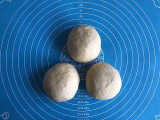 超简易吐司,揉面排气后平均分成三份,每一份再次揉面,表面覆盖保鲜膜松弛10分钟