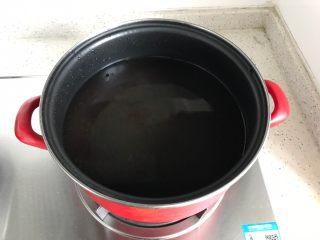 冬笋菌菇排骨老鸭煲(高压锅版),锅内煮适量清水