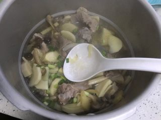冬笋菌菇排骨老鸭煲(高压锅版),搅拌均匀,即可