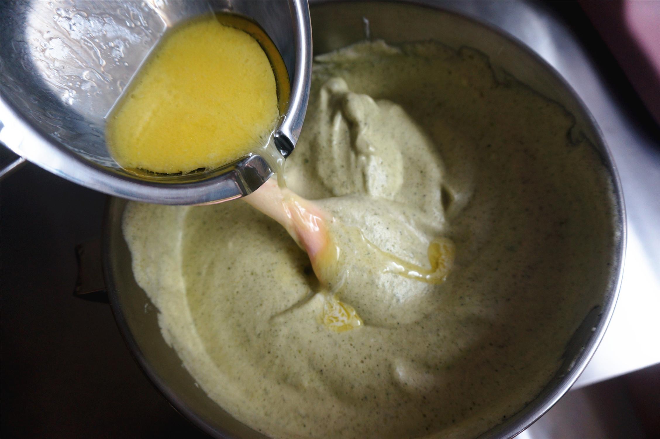 丸久小山园名物蛋糕卷--抹茶,将牛奶黄油沿着橡皮刮刀加入到面糊中,翻拌混合均匀。</p> <p>