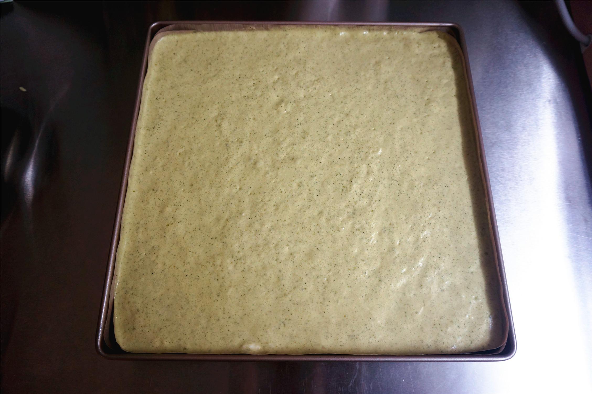 丸久小山园名物蛋糕卷--抹茶,烤盘垫上不粘油布,将蛋糕糊倒入烤盘,震荡出大气泡。</p> <p>