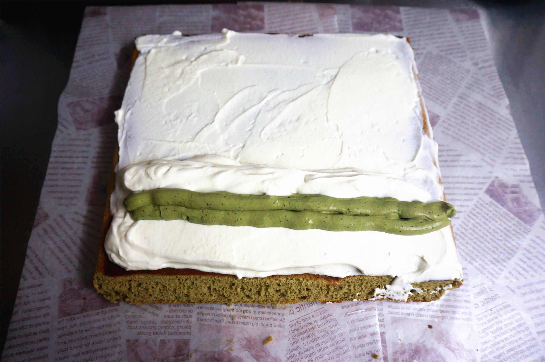 丸久小山园名物蛋糕卷--抹茶,夹馅:将蛋糕体毛巾面朝上,抹上一层甜奶油,近端的甜奶油抹厚点,然后挤上抹茶奶油,再盖上甜奶油。</p> <p>