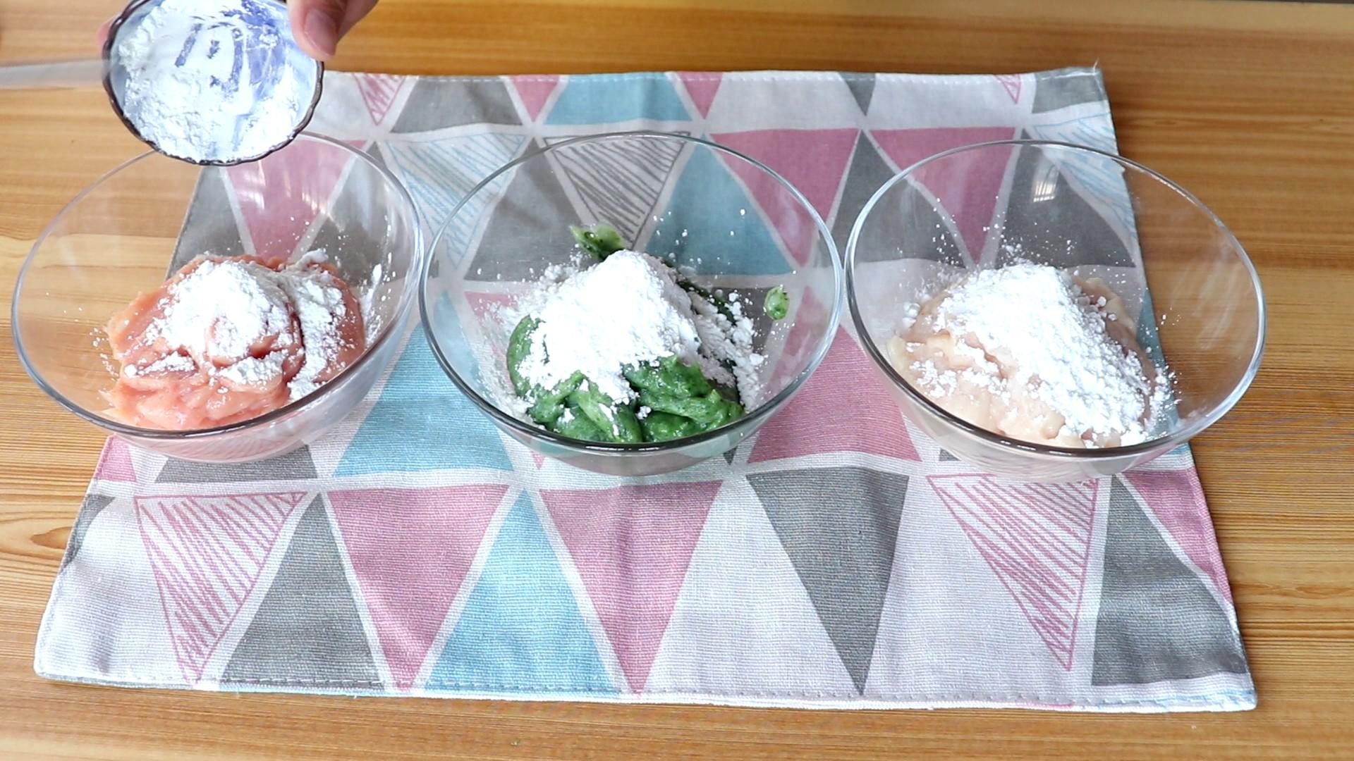 多彩小丸子,胡萝卜肉泥、白萝卜肉泥、菠菜肉泥中分别加5g、10g、10g玉米淀粉</p> <p>           </p> <p>        另外提醒大家煮好的胡萝卜和白萝卜以及菠菜焯水后沥干水分哦!</p> <p>