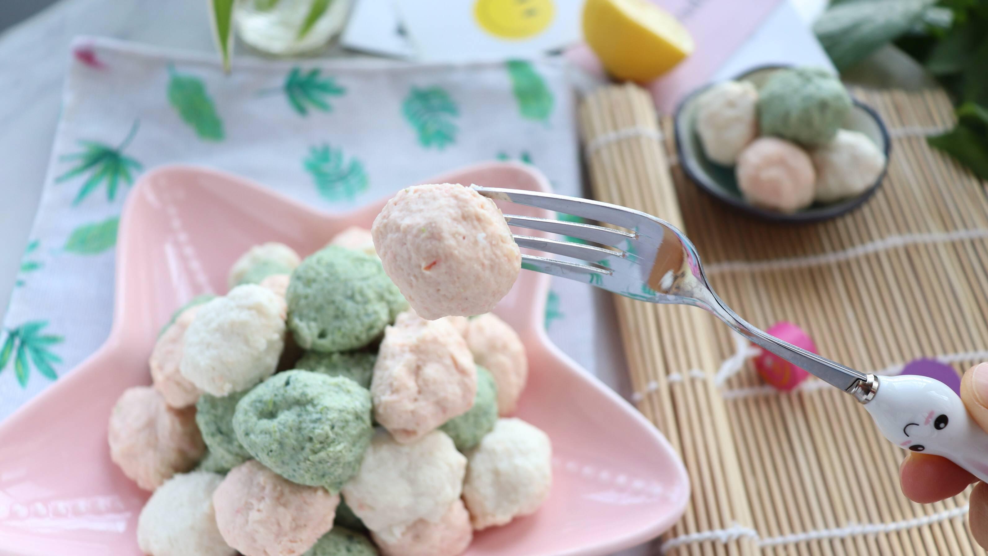 多彩小丸子,一次可以多做一些,分装在保鲜袋中,放入冰箱冷冻保存,吃的时候,拿出来一小袋煮一煮就可以给宝宝吃啦。</p> <p>