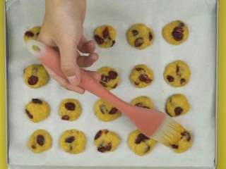 蔓越莓奶香小酥饼,蛋黄1个加入清水5ml打散,将蛋黄液刷在饼坯上