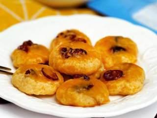 蔓越莓奶香小酥饼,放入预热好180°C的烤箱烤约16分钟至表面金黄,取出晾凉即可享用