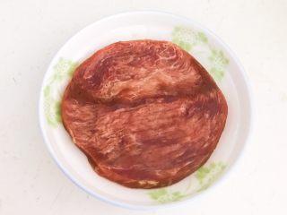 西蓝花炒黑椒牛柳,牛排室温软化,用冷水浸泡15分钟,泡出血水