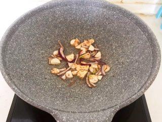 西蓝花炒黑椒牛柳,用锅里的底油煸炒蒜片和葱丝炒出香味