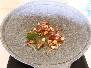 西蓝花炒黑椒牛柳,加入尖椒和小米辣,边炒均匀
