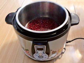 自制蜜豆,把红小豆放入压力锅,加入600ml冷水