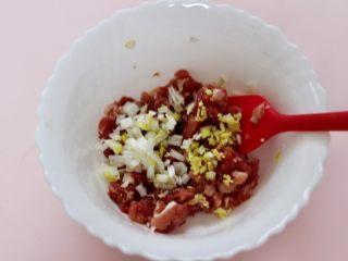 超爽的酸汤馄饨,猪肉用刀切成小丁后,加入料酒,生抽、鸡精、适量的盐、葱姜调味后搅拌均匀。